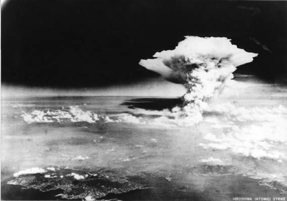 Melyik radioaktív elemből készült az első atombomba?