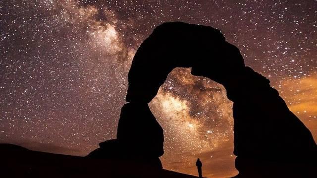 Igaz-e az az állítás, hogy amíg a többi csillag az éjszaka folyamán elmozdulni látszik az égen, a Sarkcsillag egy helyen marad?
