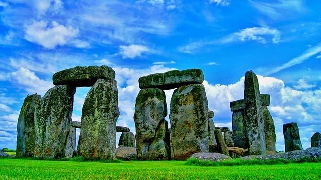 A körkörösen elrendezett kőtömbökből és földsáncokból álló monumentális építmény - Stonehenge -, körülbelül mikor épült Angliában?