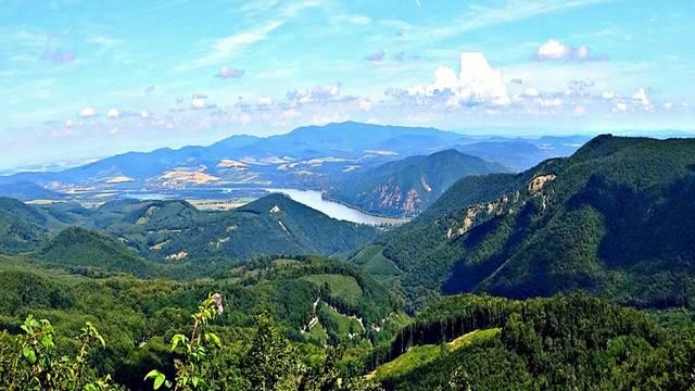 Milyen kő található a Visegrádi-hegységben?