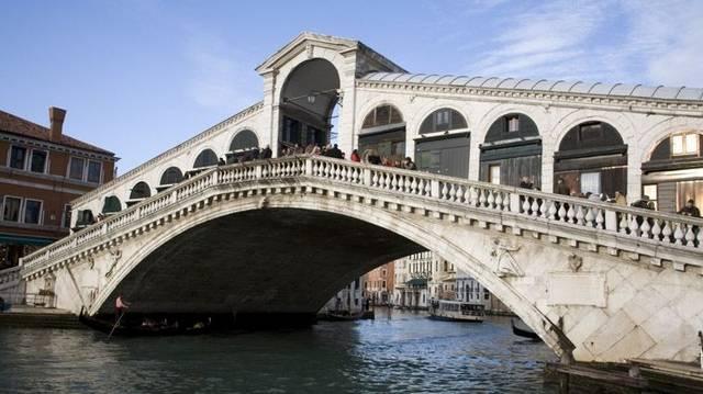 A Rialto híd egyike a négy hídnak, amelyek a Canal Grande felett átívelnek, Velence városában. ( Wikipédia)