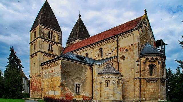 Ilyen stílusban épült a Jáki templom