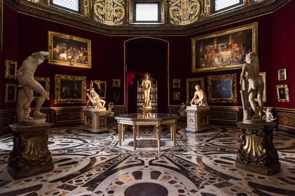 Melyik évben alapították a firenzei Uffizi Képtárat?