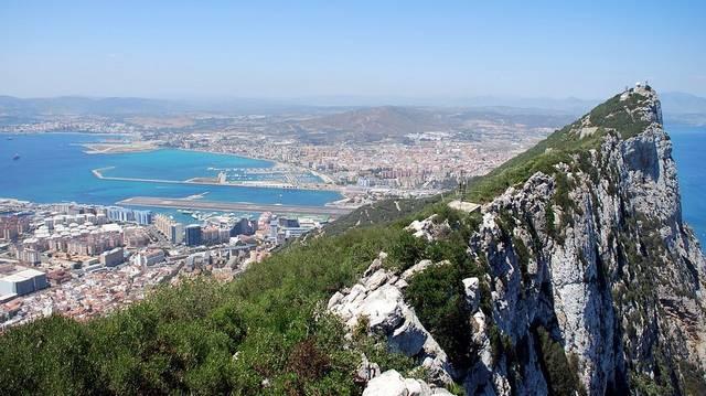 Gibraltár a Pireneusi-félsziget déli részén helyezkedik el. Területe mindössze 6,5 km². Milyen fennhatóságú állam?