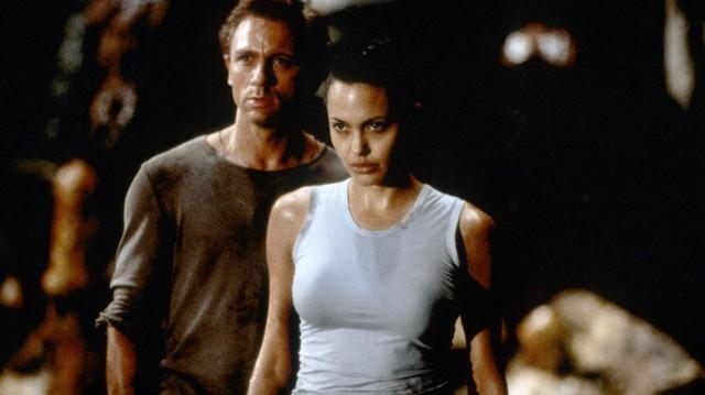 Oscar- és Golden Globe-díjas amerikai színésznő. Igazán ismertté a Lara Croft videojáték filmes változatával vált: Lara Croft: Tomb Raider