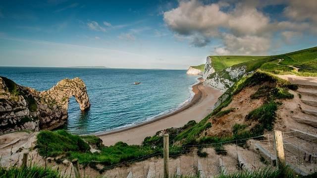 Egyesült Királyság: négy országa Anglia, Észak-Írország, Skócia és Wales és 14 tizennégy tengerentúli területe is van.