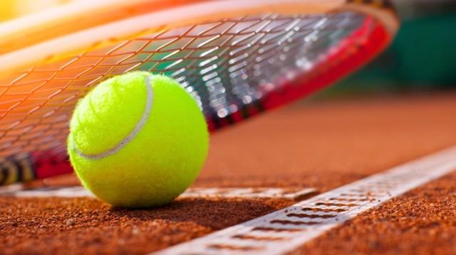 Mit csinál a teniszező, amikor szervál?