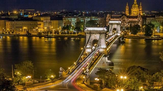 Melyik fővároson nem folyik át a Duna?