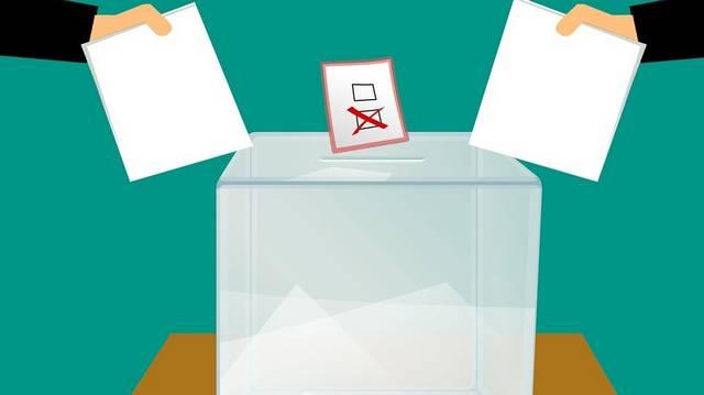 Az alábbiakban három ember és az életkoruk található. Melyikük nem jogosult a választáson való részvételre?