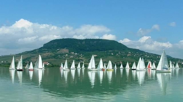 Melyik település található a Balaton déli partján?