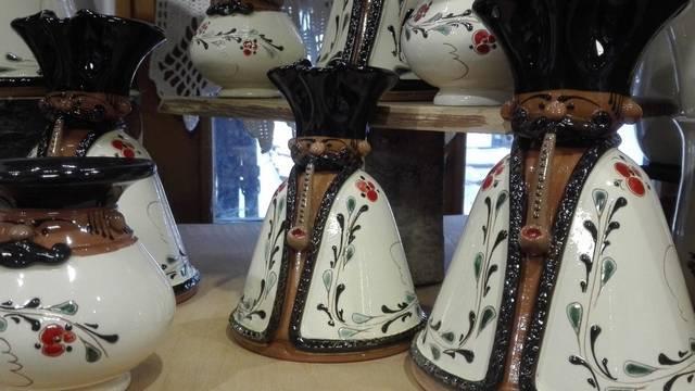 Melyik megyénkben készítik a hollókői porcelánt?