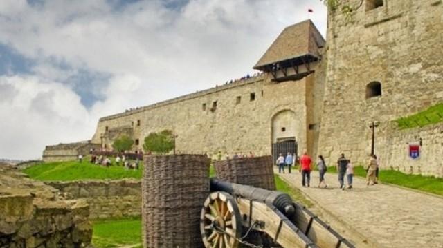 Melyik várost hívták egykor így a Felvidék kapuja? 1552. szeptember 9-én Kara Ahmed másodvezír és Hádim Ali budai pasa együttes erővel, mintegy 60-70 ezer emberrel ostrom alá vette.