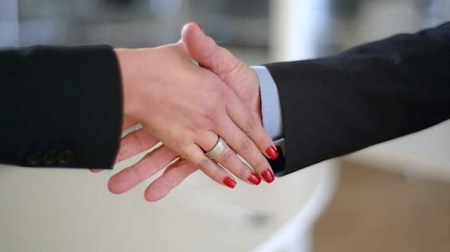 Kézfogáskor ki nyújtja a kezét először?