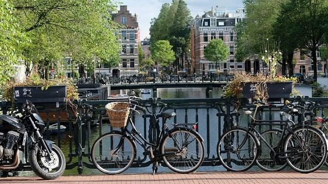 Melyik ország fővárosa Amszterdam?