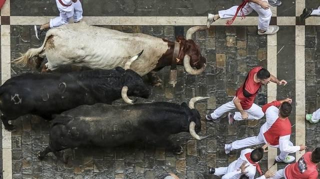 Melyik spanyol városban rendeznek minden évben világszerte híres bikafuttatást?