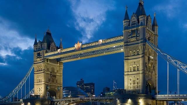 Miről nevezetes a londoni Tower Bridge?