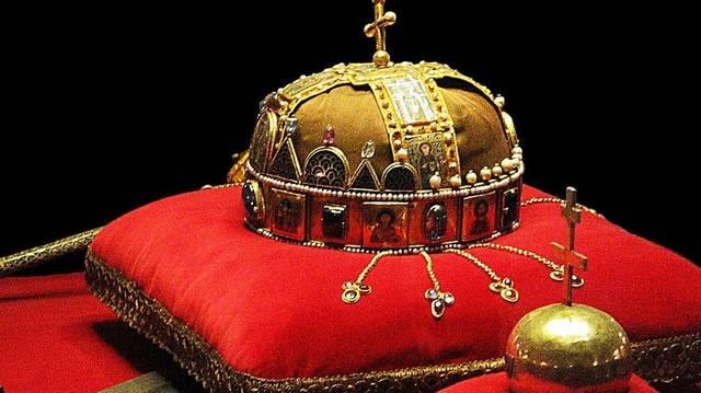Hova került 1945 végén a koronázási jelvények közül a korona?