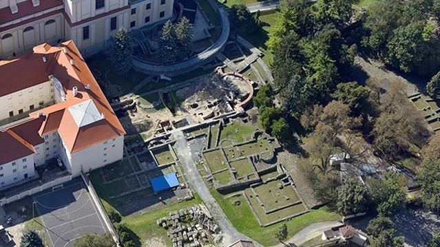 Melyik városunkban állt római kori császári palota?