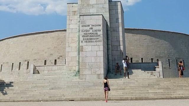 Kik építették a budapesti Gellért-hegy tetején fekvő erődöt, a Citadellát az 1848-49-es szabadságharc leverése után?