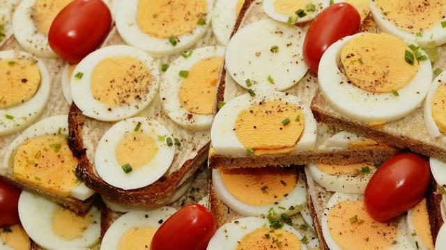 Melyik négyszer kalóriadúsabb, mint a másik: a tojássárgája vagy a -fehérje?