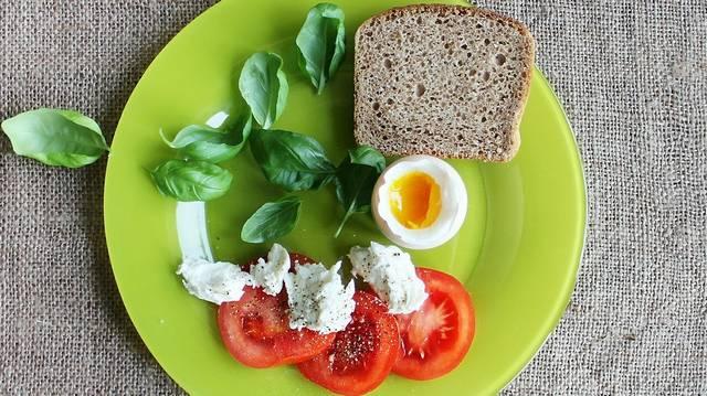 Mit kell csinálni a főtt tojással, hogy könnyen le lehessen venni a héját?