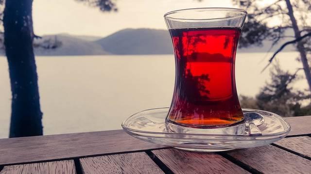Hogyan készítsünk teát csipkebogyóból, ha azt szeretnénk, hogy megmaradjanak az értékes vitaminok?