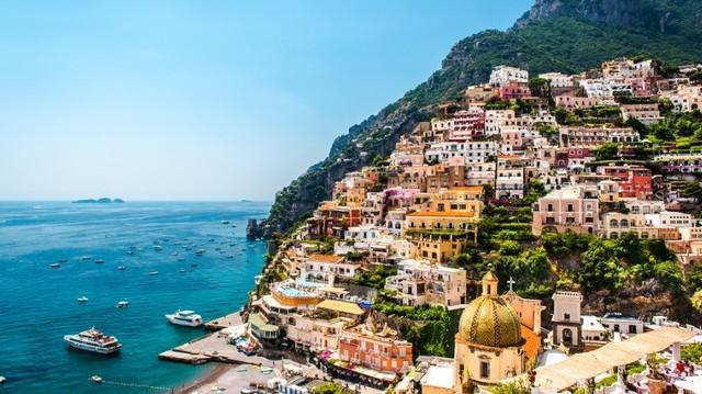 Melyik olasz város fekszik tengerparton?