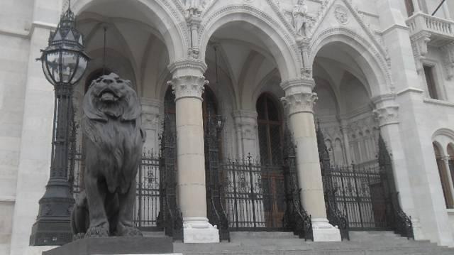 Honnan nyílik az Országház hivatalos főbejárata?