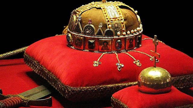 Melyik évben szállították át a Szent Koronát és a koronázási jelvényeket az Országházba?