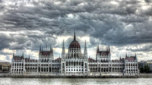 Melyik évben fejeződött be az Országház építkezése?