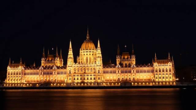 Kezdjük rögtön az épület nevével: Országházként és Parlamentként is szerepel a közbeszédben. De melyik a helyes? Vagy mindkettő az? Vagy egyik sem, hanem egy harmadik név az igazi?