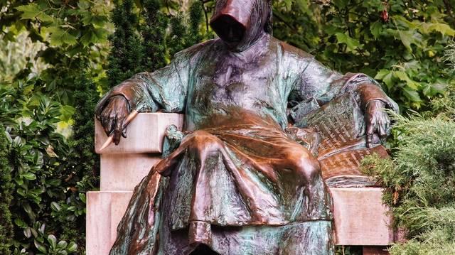 Ez a szobor Budapesten található. Kit ábrázol?