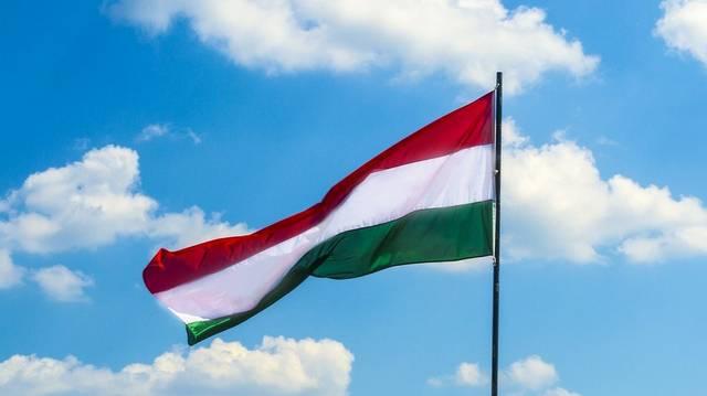 Magyarország zászlaja eredetileg csak két színből állt, az egyik később, a 15. század második felében kapcsolódott hozzá a többihez. Melyik ez a szín?