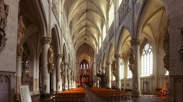 Melyik építészeti stílusra igazak az alábbi jellemzők? Kör alakú rózsaablak, vékony falak, tápillérek és csúcsíves boltozat.