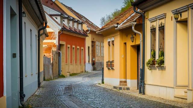 Körülbelül hány város található Magyarországon?