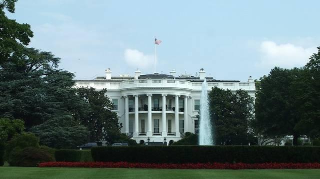 Milyen irodának nevezik az USA elnökének Fehér Házban található irodáját?