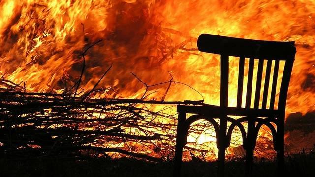 Melyik regényben nem sül el jól a karácsony, mert tűz keletkezik egy falusi házban a történet végén?