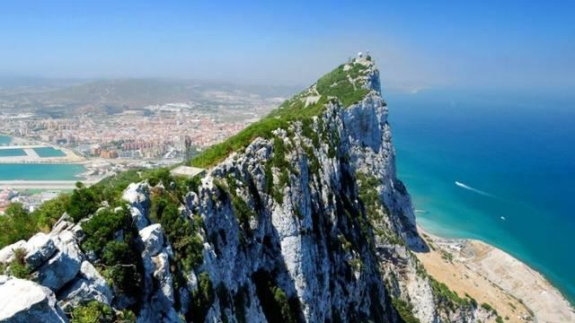 A Gibraltári-szorosnál, melyik óceánhoz kapcsolódik a Földközi-tenger?