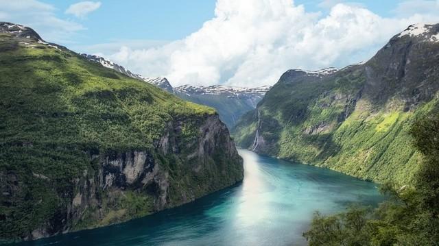 Területe gyéren lakott, óceáni partszakasza a fjordjairól ismert. Számos gleccsere és vízesése van. Melyik ez az ország?