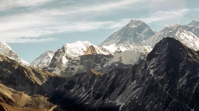 És melyik földrészünkön található a Csomolungma hegycsúcs?