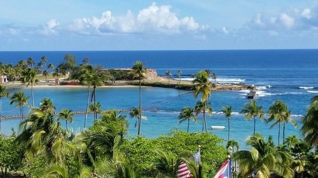 Most önálló állam, de társult az Amerikai Egyesült Államokhoz. Lakosai jelenleg többségében amerikai állampolgárok. A sziget felfedezője 1493. november 19-én kötött itt ki. Melyik szigeten?