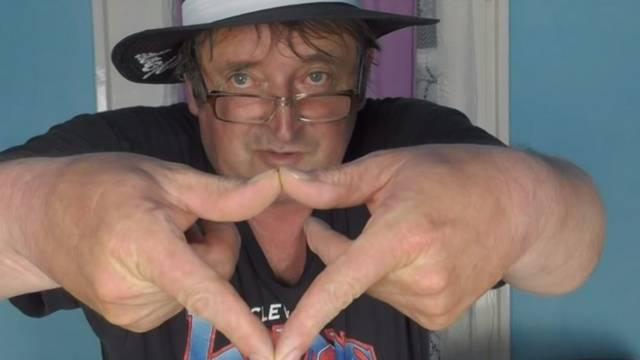 Miről híresült el a képen látható YouTube-sztár, a Videó Infó 1 című csatorna készítője, Elek Zoltán?
