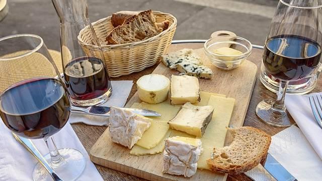 Melyik az az alábbiak közül, amelyik remekül illik a sajtokhoz?
