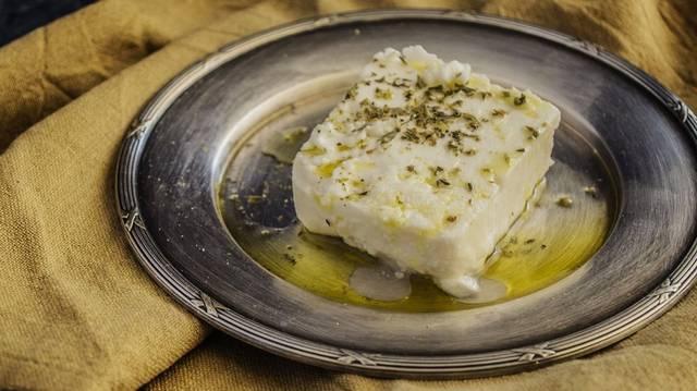 Melyik állat tejéből készül a feta sajt?