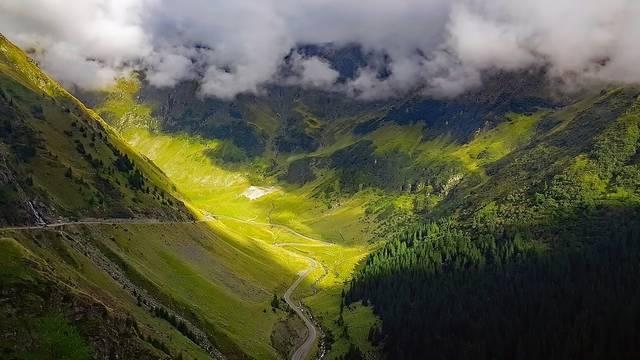 Melyik az a hegységrendszer, amelynek hegyláncai Románia területének nagy részét uralják?