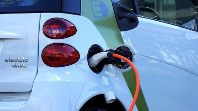 Milyen színű rendszámmal különböztetik meg Magyarországon a környezetkímélő gépkocsikat?