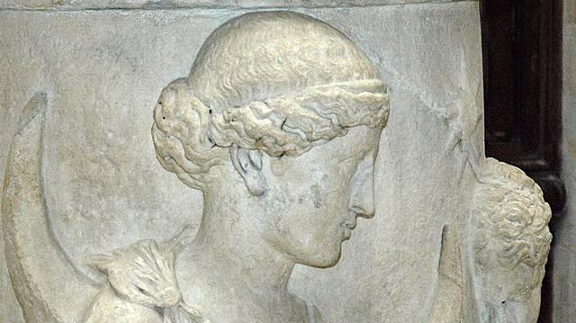 Hogy hívják a görög mitológiában az ősi holdistenség megszemélyesítőjét?