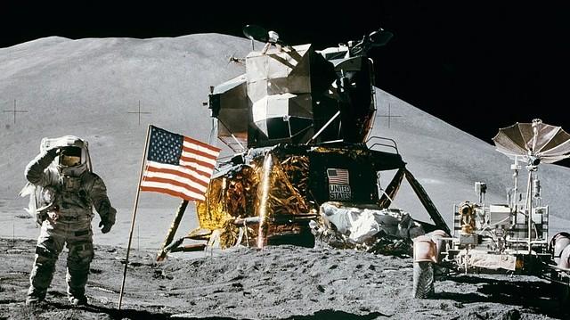 A Hold eddig ez az egyetlen olyan Földön kívüli égitest, amelyen ember is járt. Mi volt a neve annak a programnak, amelynek keretében ez (1969-ben) megtörtént?
