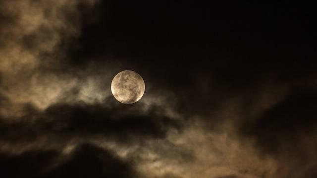 A Holdnak nincs saját fénye, de valamelyik bolygóét visszaveri. Melyikét?