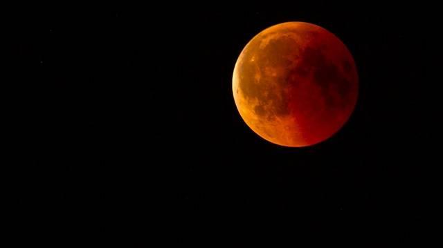 Melyik bolygó kerül a Nap és a Hold közé holdfogyatkozáskor, és vet árnyékot a Holdra?